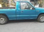 Foto Camioneta color azul recién ajustada bomba nueva