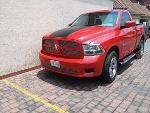 Foto Dodge RAM roja, franjas negras, tipo sport