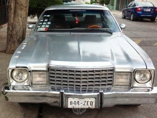 Foto Dodge súper bee gris plata en México